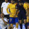 Abdennour protestează după incident. Suarez (dreapta) joacă bine rolul celui îngrijorat // Foto: Guliver/GettyImages