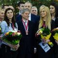 Premierul Cioloş, înconjurat de handbaliste de bronz // Foto: Guvernul României