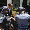 Pistorius (foto, înconjurat de polițiști) și-a împușcat letal iubita acum 2 ani, sud-africanul fiind acuzat acum de crimă cu premeditare // Foto: Reuters