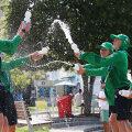Copiii de mingi s-au agrenat într-o luptă cu apă // Foto: Guliver/GettyImages