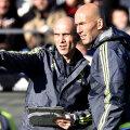 Zidane și David Bettoni (stînga), cel care îl ajută și la antrenamente, și în timpul meciurilor // Foto: AFP