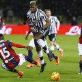 Paul Pogba, înconjurat de adversari, n-a putut evita remiza impusă de Bologna // FOTO Reuters