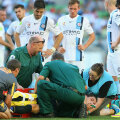 Storm Roux respiră cu greu după grava accidentare. Piciorul și umărul fuseseră fixate // FOTO Guliver/GettyImages