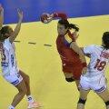 Cristina Neagu în duel cu norvegianca Tine Stange, în meciul de la Cluj // FOTO Raed Krishan