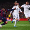 Sergio Ramos și Pepe, stoperii Realului, nu-l mai pot opri pe Suarez să șuteze. A fost 2-1 pe Camp Nou în urmă cu un an // FOTO Guliver/GettyImages