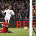 Ronaldo (stânga) strecoară mingea în plasă pe sub Bravo. Fundașii catalani nu pot evita golul înfrângerii // FOTO Reuters