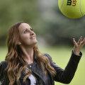 Lavinia Chican jonglează cu o minge pentru autografe // FOTO Raed Krishan