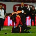 """Ultrasul îl lovește cu brutalitate pe """"adițional"""", deși e placat de un steward"""