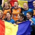 """Iulia Curea, prima din stânga jos, și colegele sale au pozat cu """"tricolorul"""" după ce s-au calificat în Final Four // FOTO Gazeta Sporturilor"""