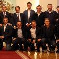 Popescu, Hagi și Craioveanu (dreapta, rândul de sus), încadrați de fostul președinte al Barcei, Laporta, și de Bakero //  FOTO sportal.bg