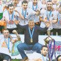 """La festivitatea de decernare a Cupei Ucrainei, toți jucătorii și-au omagiat antrenorul de 70 de ani purtând tricouri cu mesajul """"Mulțumim, Mister"""""""