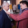 Iordănescu și croitorul care se ocupă de confecționarea costumelor pentru Euro // FOTO: Facebook