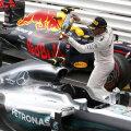 Lewis Hamilton își răsplătește mașina pentru o cursă bună // FOTO Reuters