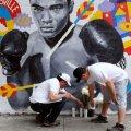 Oamenii aprind lumânări în memoria lui Muhammad Ali, în toate orașele lumii // Foto: Reuters
