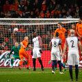 Antoine Griezmann (dreapta) șutează în vinclu la 3-2 cu Olanda la Amsterdam // FOTO Guliver/GettyImages