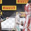 Lewis Hamilton în centrul duşului cu şampanie iniţiat de Max Verstappen (stânga) şi Kimi Raikkonen (dreapta), după a treia sa victorie din acest sezon // FOTO AFP