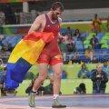 Albert Saritov cu steagul României pe salteaua de la Rio // FOTO Cristi Preda (Rio de Janeiro)