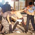 Polițiștii aruncă tricoul cu Messi și rup legăturile centurii cu explozibil purtate de copilul-kamikaze