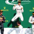 Rosberg sare de bucurie pe podium în aplauzele lui Ricciardo, într-un moment în care Hamilton (dreapta) tocmai îşi încheia fermoarul jachetei // FOTO Guliver/GettyImages