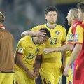 La finalul partidei, Săpunaru a fost printre primii care au ținut să-l consoleze pe Stanciu // Foto: Alex Nicodim
