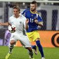 Berisha, numărul 15, îl ține din scurt pe finlandezul Ring