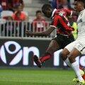 Balotelli (roș-negru) își domină adversarul și mai înscrie o dată pentru Nice // FOTO Reuters