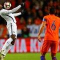 Pogba, la minge, admirat pur și simplu de olandezul Strootman