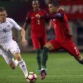 Ronaldo, dreapta, în sprint spre poarta letonă // Foto: Reuters