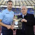 Înaintea meciului cu Genoa, Ștefan Radu a primit de la președintele Lotito o plachetă specială