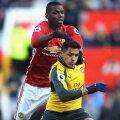 Paul Pogba (Man. United, în roșu), care pare un uriaș lângă Alexis (Arsenal), e cel mai scump transfer all-time: 105 de milioane euro // FOTO Guliver//GettyImages