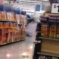 A aprins o petardă într-un magazin şi a declanşat dezastrul! ► Foto: youtube.com