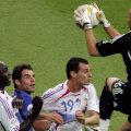 Barthez prinde mingea la înălțime în acea finală. Lângă el, Thuram, Sagnol și Perrotta // FOTO Guliver/GettyImages