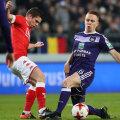 Răzvan Marin, stânga, nu i-a făcut nicio concesie lui Trebel (Anderlecht) // FOTO AFP