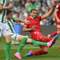 Cel mai bun moment al lui Toșca în derby. Atacul prin alunecare asupra lui Mercado. Gol evitat în ultima clipă // FOTO AFP