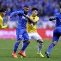 Chinezii nu l-au putut opri pe Tevez nici înfigându-i mâna-n piept // Foto: AFP
