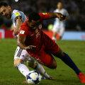 Messi (stânga, în duel cu Beausejour) a avut puține idei și sclipiri contra chilienilor