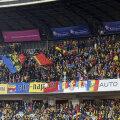 Un steag tricolor, cu chipul lui Mihai Viteazul, a fost fluturat de fanii mai naționaliști
