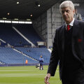 Contestat ca niciodată în două decenii la Arsenal, Wenger nu poate fi ținut departe de gazonul de pe Emirates