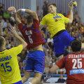 Demis Grigoraș în tricoul naționalei încercând să depășească apărarea sârbă // FOTO Alex Nicodim