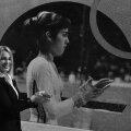Nadia Comăneci la 14 ani și la 55, dându-și cu magneziu pe palme FOTO Florin Taloș - paginiromanesti.ca