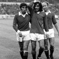 George Best încadrat la dreapta de Bobby Charlton și la stânga de Tony Drunne // Foto: Guliver/GettyImages