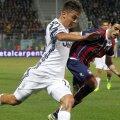 Stoian, în duel cu Dybala, în meciul Crotone - Juventus 1-1 de acum 3 zile // FOTO: Guliver/ Getty Images
