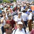 În mulțime. Irina Begu trece aproape neobservată prin mulțime pe aleile de la Porte d'Auteuil. Românca merge pe un teren lateral, la antrenament FOTO: Raed Krishan / Gazeta Sporturilor