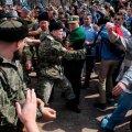 Cazacii atacă protestatarii cu biciul (foto: Reuters)