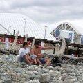 Doi tineri, pe plaja de pietre din faţa stadionului Fișt FOTOGRAFII Theodor Jumătate