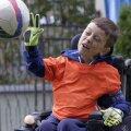 Velkovski adoră să se joace cu mingea, în ciuda bolii care-l macină din primele zile de viaţă