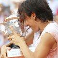 Francesca Schiavone cu trofeul de la Roland Garros 2010, cel mai mare al carierei FOTO Guliver/GettyImages