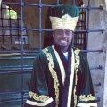 """Zenke, al cărui nume se traduce """"Regele"""", se amuză postând o fotografie cu o coroană pe cap"""