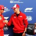 Mick Schumacher (centru), alături de Kimi Raikkonen, pilot Ferrari în Formula 1