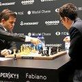 Magnus Carlsen, stânga, și Fabiano Caruana, dreapta, în timpul finalei Campionatului Mondial de anul trecut, câștigată de norvegian